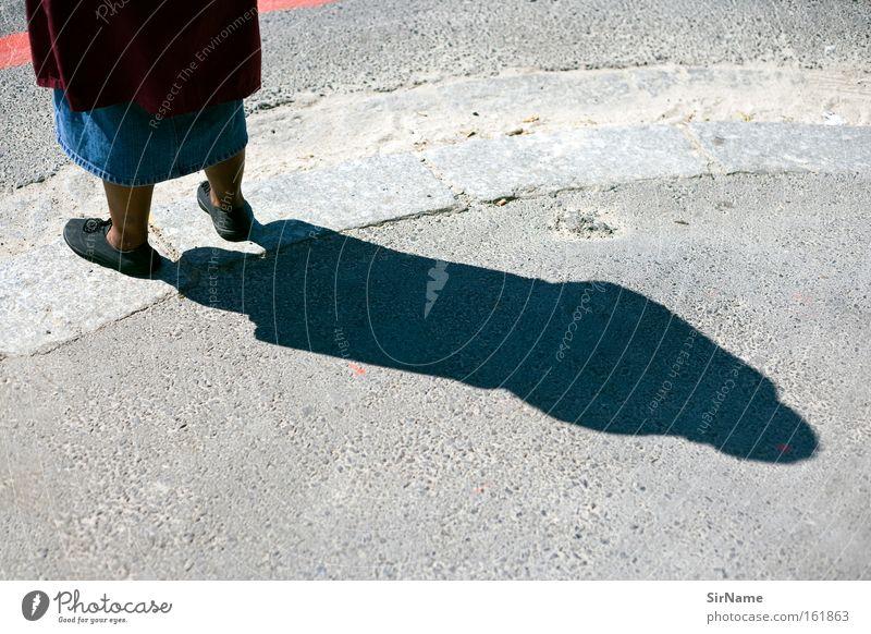 76 [schattenseite] Frau alt Erwachsene Straße Senior Arme Armut Bürgersteig Afrika Stolz Arbeitslosigkeit Moral Schatten Wege & Pfade Bettler