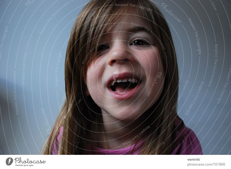 dafür krieg ich kuchen Mensch Kind Mädchen Leben Kopf Haare & Frisuren Mund Zähne Kleinkind frech Porträt unschuldig aufstehen abrupt