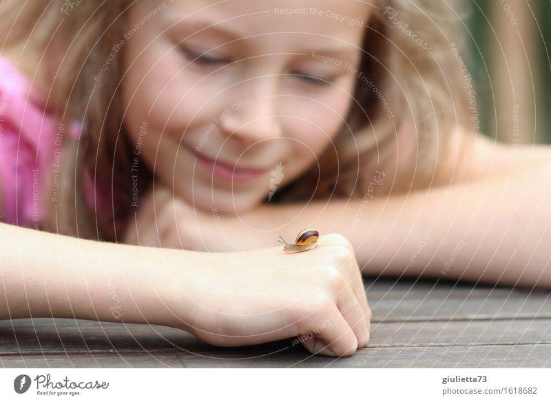 new girlfriend | Lächelndes Mädchen mit kleiner Schnecke auf der Hand feminin Kind Kindheit 1 Mensch 3-8 Jahre 8-13 Jahre Umwelt Natur Tier Sommer Garten blond