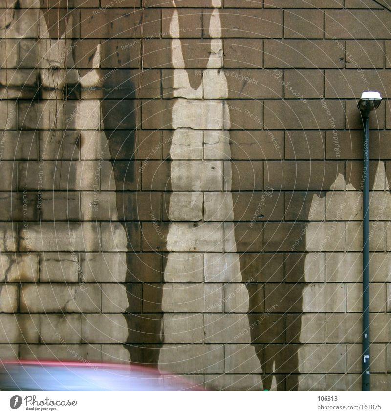Fotonummer 116309 Wand Lampe Laterne Straße nass feucht Fleck Dinge Bewegung Stadt Dynamik Geschwindigkeit besuchen Beschleunigung unten abwärts Wassertropfen