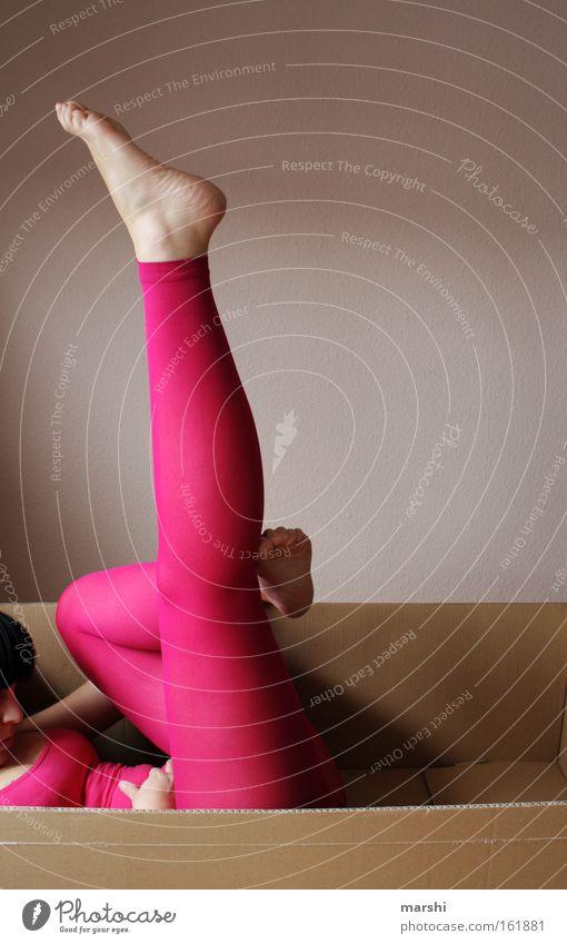 mach dich geschmeidig Frau Mensch Jugendliche Erwachsene feminin Spielen Bewegung Beine Mode Körper Perspektive 1 Show Papier 18-30 Jahre Theaterschauspiel