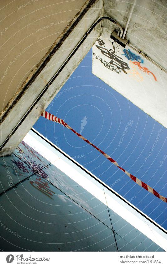 LUFTRAUMABGRENZUNG Himmel blau Stadt Haus Wand Gebäude hell Architektur Wind Beton verfallen Barriere Warnhinweis Schlucht flattern