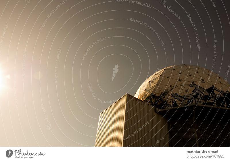 I Himmel weiß Sonne Haus Tod hell rund Wissenschaften Kugel verfallen bewegungslos spionieren Funktechnik Frequenz