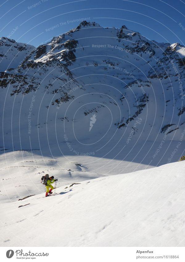 Schneeschuhwanderer weiß Einsamkeit Winter Berge u. Gebirge kalt hell Felsen Eis wandern Kraft Schönes Wetter Abenteuer Gipfel Frost Alpen