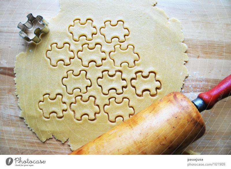 Stecher Farbfoto Innenaufnahme Nahaufnahme Detailaufnahme Teigwaren Backwaren Ernährung genießen Duft lecker süß weich braun gelb rot Plätzchen Nudelholz Puzzle