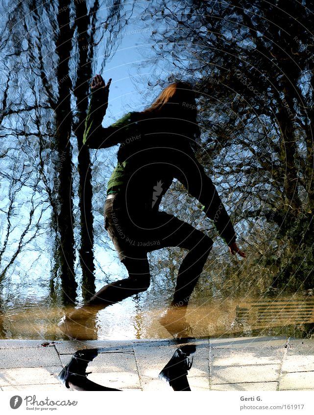 BugBear Frau Mensch erschrecken Körperhaltung dunkel Natur Schuhe Minirock Pfütze Reflexion & Spiegelung Baum Angst Panik Beine kapriolen Bewegung