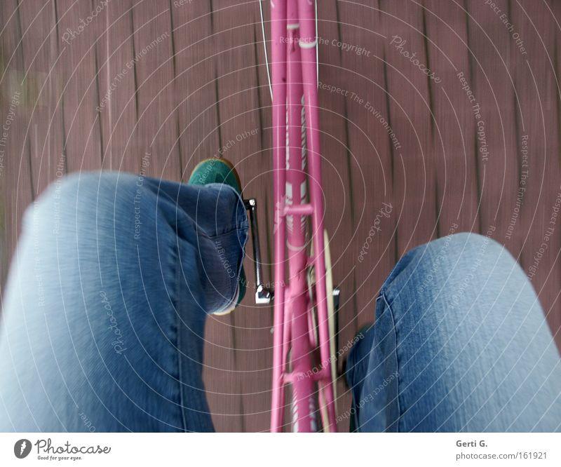 GeschwindigkeitsRauch Fahrrad rosa Ferien & Urlaub & Reisen fahren Bewegungsunschärfe Schrittgeschwindigkeit Gesundheit Mensch hollandrad Beine Jeanshose