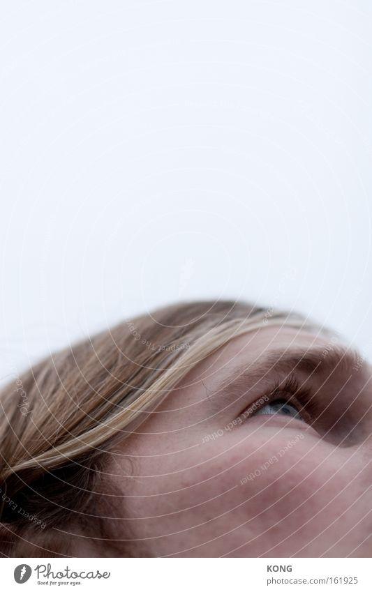 welle Haare & Frisuren Auge Detailaufnahme Gesicht Blick Schwung wellig wach Himmel gefährlich Mann Konzentration fönwelle in die luft gucken