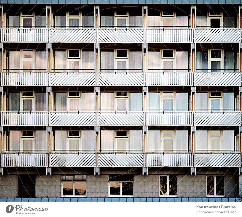 living in a case Stadt Leben Fenster Gebäude Tür Glas Häusliches Leben Zukunft Schutz Bauwerk Balkon Gesellschaft (Soziologie) Nachbar Kur Vorsorge Unterkunft
