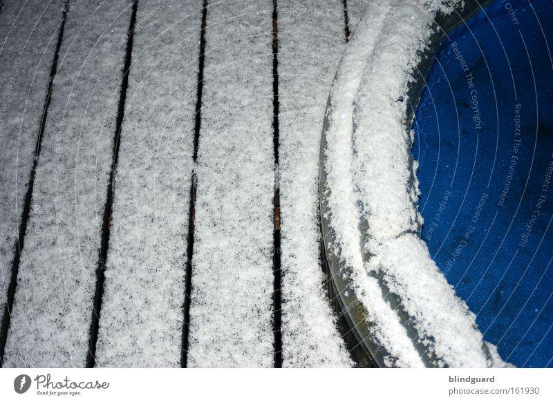 Der Sommer der ein Winter war Planschbecken Schnee Eis Holz Schiffsplanken Spielen kalt blau weiß Wasser Kunststoff Freude abhärten Frost