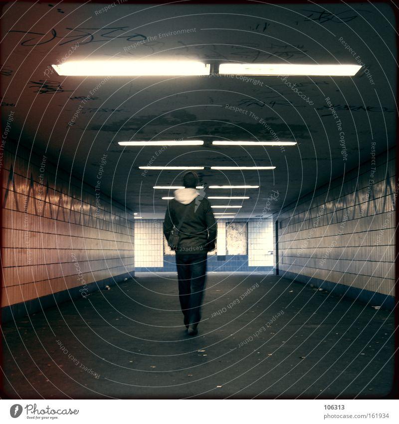 Fotonummer 116529 Typ Mann Stadt Morgen Tourist gehen laufen Tunnel Industrie dude walk Unterführung London Underground Untergrund U-Bahn Licht