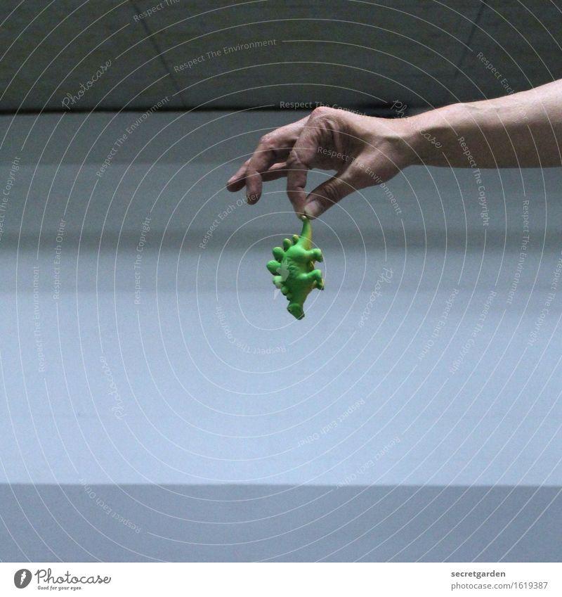 Wegwerf-mentalität. Arme Hand Finger Mauer Wand Dinosaurier Spielzeug Ekel klein retro grau grün Mut Angst Todesangst Höhenangst Flugangst Zukunftsangst