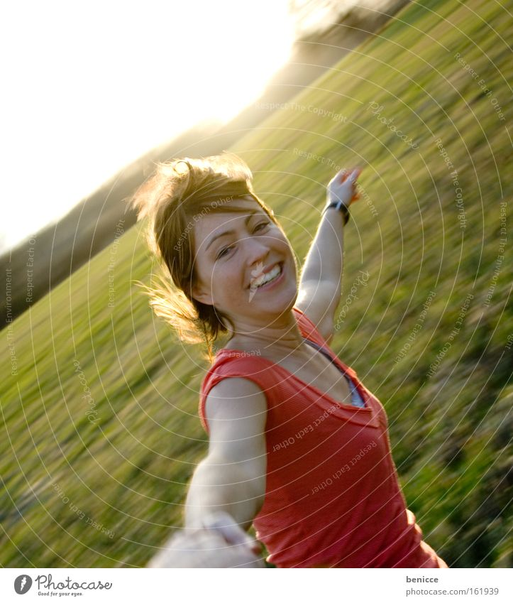 Dreh dich Bebe ! Frau Mensch Freude drehen Wind Sommer Bewegung schwindelig Gegenlicht lächeln lachen karussel Außenaufnahme