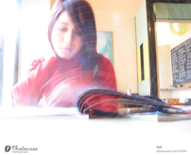 informationsfluss Frau feminin lesen Zeitung Information Medien Café Dynamik Zeitschrift