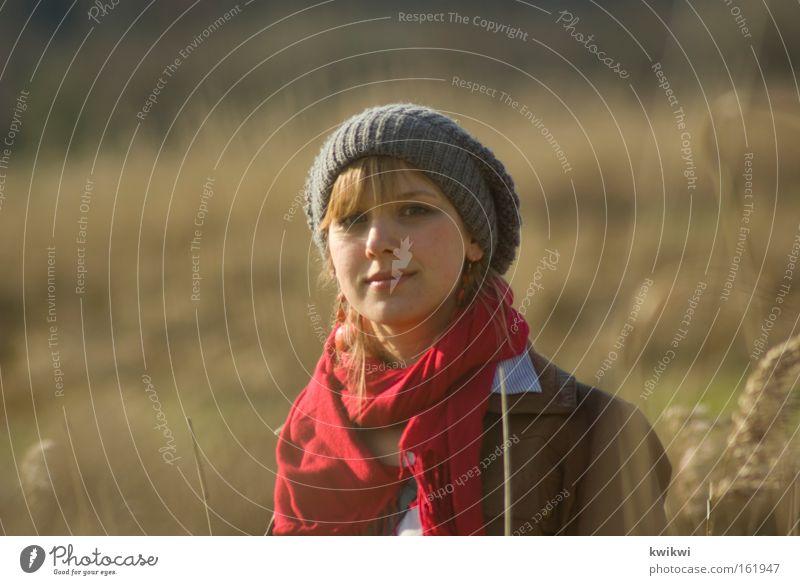 mädchen auf wiese Frau Sommer Landschaft Erwachsene Erholung Wiese Frühling Glück Zufriedenheit Weide Mütze entdecken Amerika Weide Stroh Heu