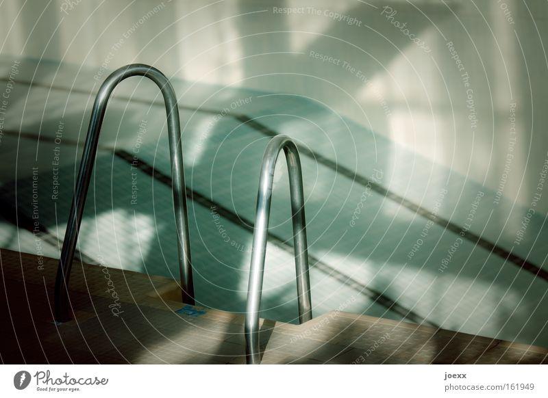 Nicht vom Beckenrand springen! Edelstahl Einstieg (Leiter ins Wasser) Finanzkrise Fliesen u. Kacheln Schwimmbad leer Insolvenz Schatten Sport Streifen tief