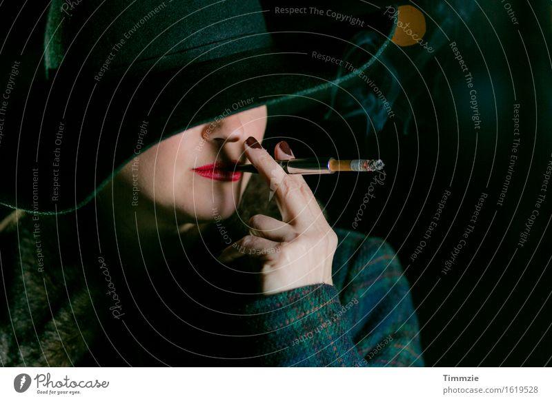 film noir smoker Lifestyle Reichtum elegant Stil schön Gesicht Kosmetik Lippenstift Nagellack Rauchen Junge Frau Jugendliche 18-30 Jahre Erwachsene Jacke Hut