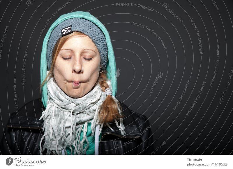 weird face Junge Frau Jugendliche Kopf 1 Mensch 18-30 Jahre Erwachsene Piercing Schal Mütze Zopf träumen ästhetisch blond Coolness Fröhlichkeit schön lustig
