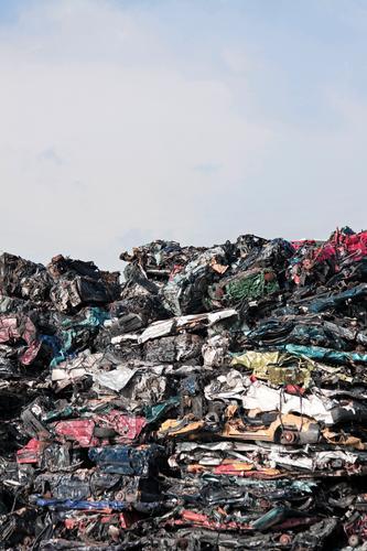 Friedhof der Kuschelautos alt PKW Dinge Vergänglichkeit kaputt Fahrzeug schäbig Arbeitsplatz Zerstörung Stapel Recycling Schrott Hochformat Autowrack