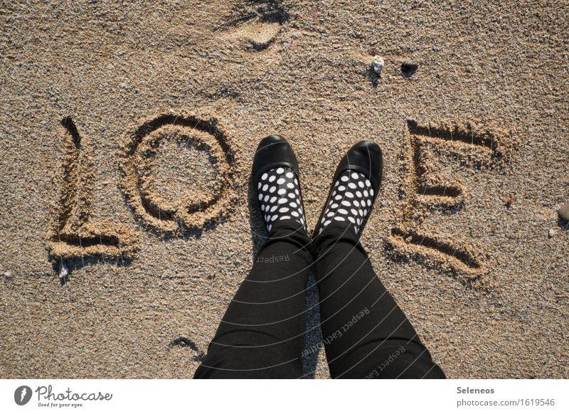 lots of Mensch Fuß 1 Küste Meer Strand Sand Strümpfe Schuhe Liebe Gefühle Stimmung Glück Fröhlichkeit Lebensfreude Frühlingsgefühle Verliebtheit Romantik