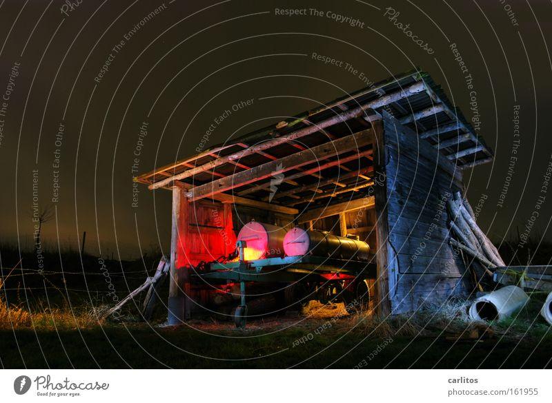 www.gülle-disco24.com Nacht dunkel Licht rot Langzeitbelichtung Landwirtschaft Radioaktivität Strahlung verfallen Lichtmalerei Farbe Bauerndisko Gefolgsleute