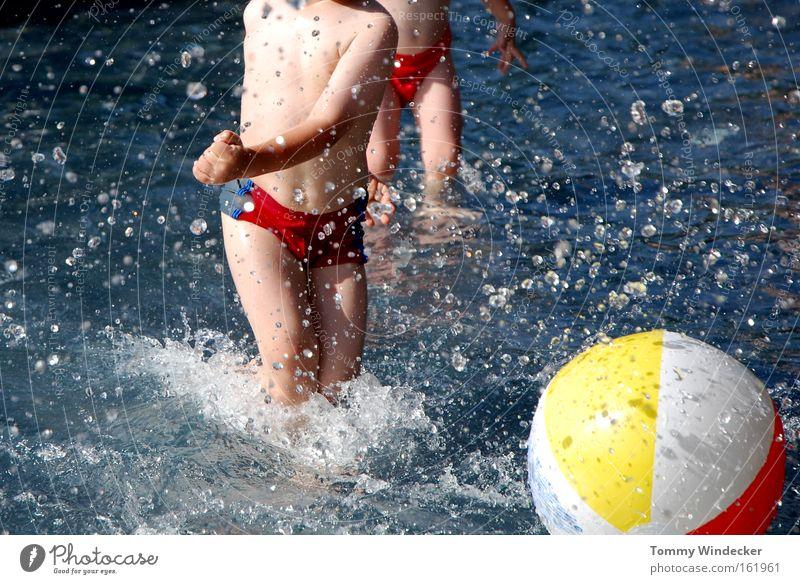 Beckenrandsportler Mensch Wasser Ferien & Urlaub & Reisen Sommer Freude Spielen Junge Schwimmen & Baden Kindheit Freizeit & Hobby Haut nass Wassertropfen