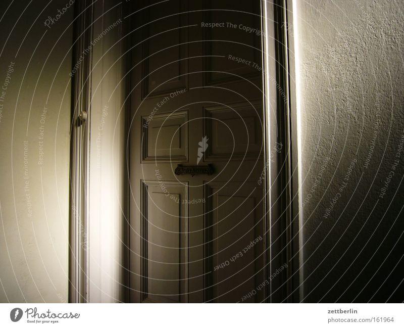 Wohnungstür Haus Tür geschlossen Häusliches Leben Eingang Flur Treppenhaus Klingel Besucher Einladung Treppenabsatz Eingangstür Wohnungssuche