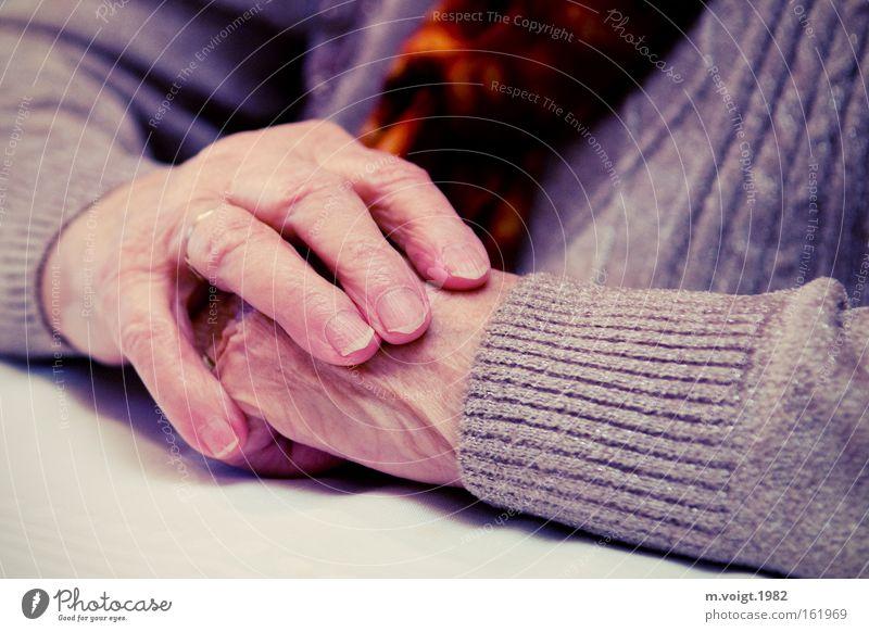 Warten Farbfoto Nahaufnahme Starke Tiefenschärfe Haut Frau Erwachsene Weiblicher Senior Großmutter Arme Hand 1 Mensch 60 und älter Pullover alt sitzen warten