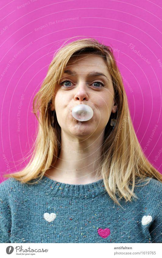 Pink Süßwaren Kaugummi Kaugummiblase Freude Frau Erwachsene Freundschaft Leben Kopf Haare & Frisuren Gesicht Auge 1 Mensch 30-45 Jahre Pullover blond langhaarig