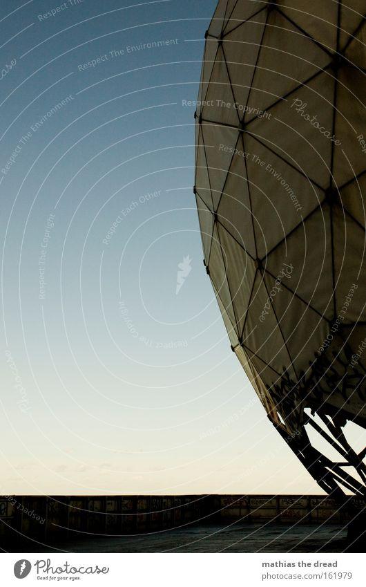 II Himmel weiß Haus hell rund Wissenschaften Kugel verfallen bewegungslos spionieren Funktechnik Frequenz