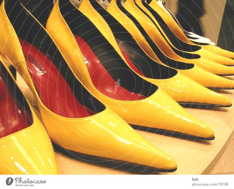 Post-Fashion gelb Mode Schuhe hoch Bekleidung Handel Ware Treppenabsatz Regal Damenschuhe Ladengeschäft Schuhgeschäft