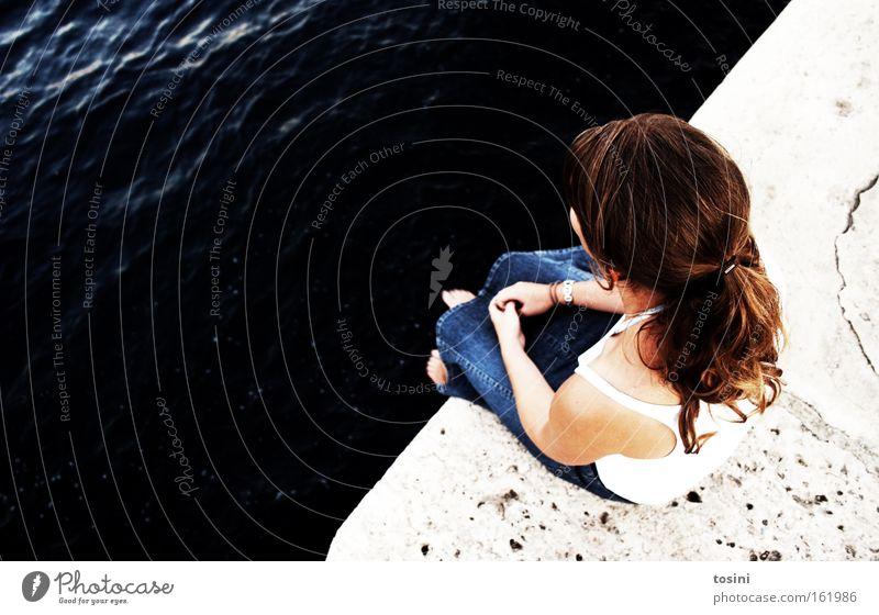 have a break Frau Wasser Meer Sommer ruhig Stein See Denken Zufriedenheit sitzen Pause Aussicht nachdenklich Gedanke