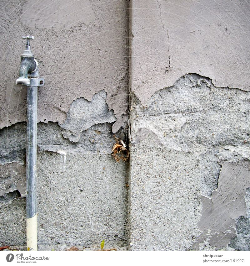 Zerbröselter Nasszellenblätterteig Wasser alt Straße Wand grau Stein Mauer Metall dreckig Straßenverkehr Beton Ecke verfallen Quadrat Renovieren Putz