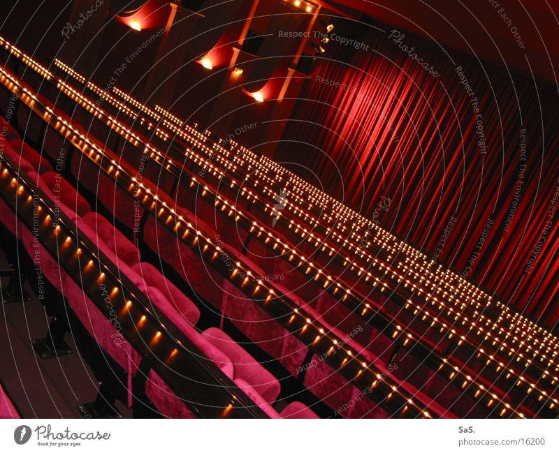 Traumpalast 10 Kino Filmindustrie Licht dunkel rot schwarz Sessel Kinosessel Kinosaal ausgehen Freizeit & Hobby Kultur Filmpremiere Bühne Vorhang Lichterkette