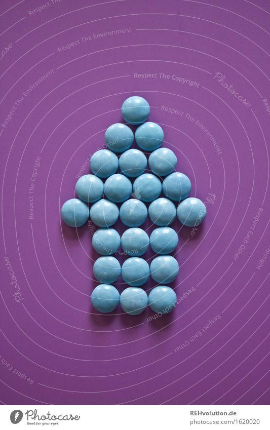 oben blau Lebensmittel Ernährung hoch süß violett lecker Suche Süßwaren Pfeil zeigen Richtung Schokolade Hinweis finden