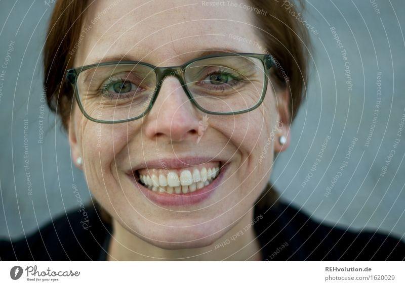 zahnpastawerbung lernen Student Business Karriere Erfolg Mensch feminin Junge Frau Jugendliche Erwachsene Kopf 1 30-45 Jahre Brille Lächeln lachen frei