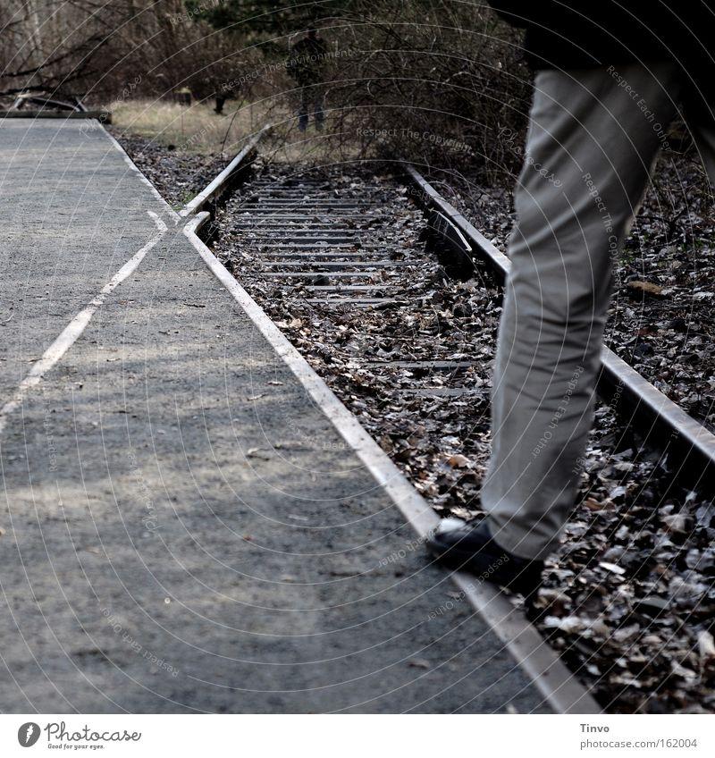 Abstellgleis oder xyz Herbst Beine Eisenbahn Gleise verfallen Bürgersteig Gleichgewicht begegnen Weiche Abzweigung stilllegen