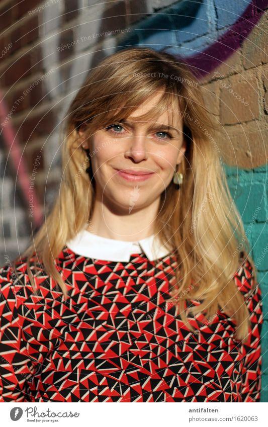 :-) feminin Frau Erwachsene Freundschaft Leben Haare & Frisuren Gesicht Auge Mund Lippen 1 Mensch 30-45 Jahre Graffiti Sommer Schönes Wetter Mauer Wand Hemd