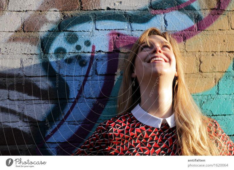 Sonnenschein Glück Gesundheit feminin Frau Erwachsene Leben Kopf Gesicht Auge Mund Zähne 1 Mensch 30-45 Jahre Graffiti Frühling Sommer Hemd blond langhaarig