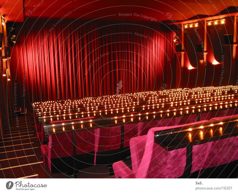 Traumpalast 9 Kino Filmindustrie Licht dunkel rot schwarz Sessel Kinosessel Kinosaal ausgehen Freizeit & Hobby Kultur Filmpremiere Bühne Vorhang Lichterkette