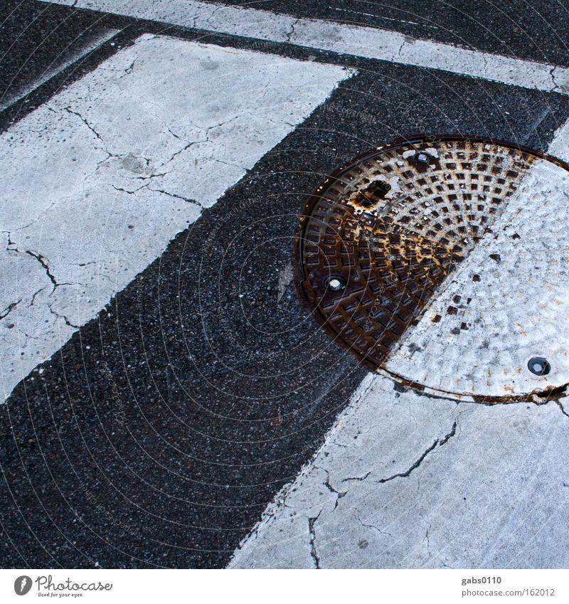 yin-yang Straße nass Streifen Hälfte Fußgänger Kanal Gully Übergang Untergrund Zebrastreifen Straßennamenschild Yin und Yang Daoismus