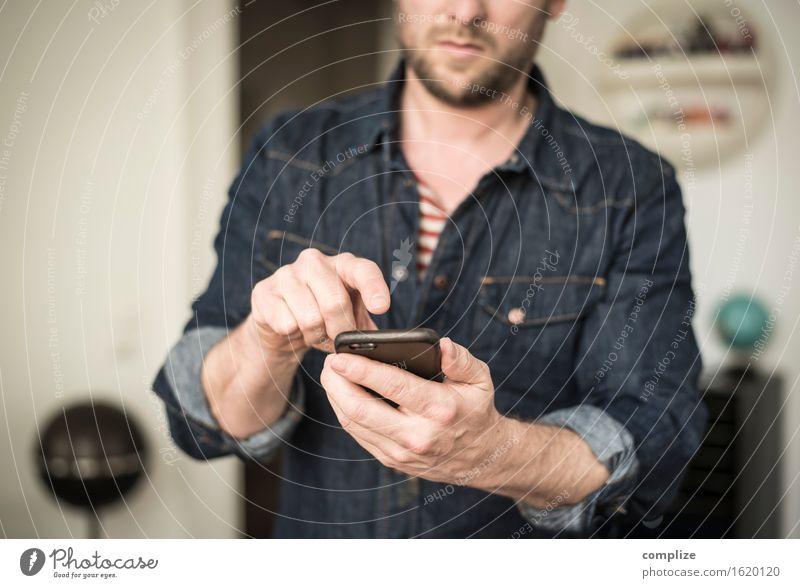 Mobile Phone @ Home Mensch Mann Hand Haus Erwachsene sprechen Business Arbeit & Erwerbstätigkeit maskulin Häusliches Leben Erfolg Kommunizieren Telekommunikation Finger Information Internet