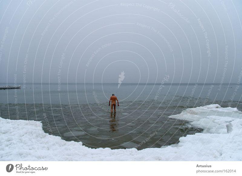 nackter Mann geht in der Ostsee eisbaden Mann Wasser Meer Winter kalt Schnee nackt Senior Eis Gesundheit Schwimmen & Baden Ostsee frieren Mensch abhärten Eisbaden