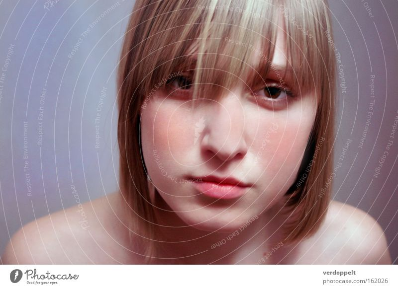Frau schön Gesicht Farbe Stil blond frisch weich Lippen Haarschnitt blitzen