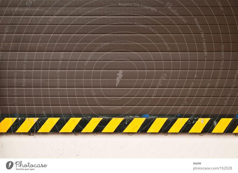 Tigerentenwurst schwarz gelb Wand Holz Linie braun Schilder & Markierungen Streifen bedrohlich Kunststoff Tor Warnhinweis Dienstleistungsgewerbe Konstruktion