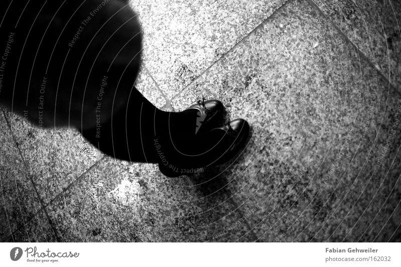 kinotag Frau weiß schwarz feminin Schuhe Beine warten Damenschuhe