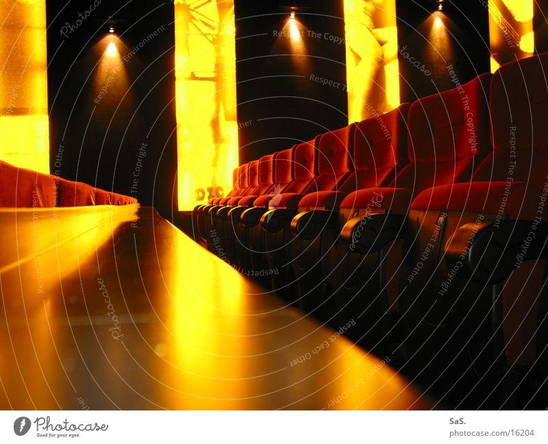 Traumpalast 6 rot schwarz gelb Lampe dunkel Raum Kunst leer Filmindustrie Freizeit & Hobby Kultur Streifen Theater Kino Sessel ausgehen