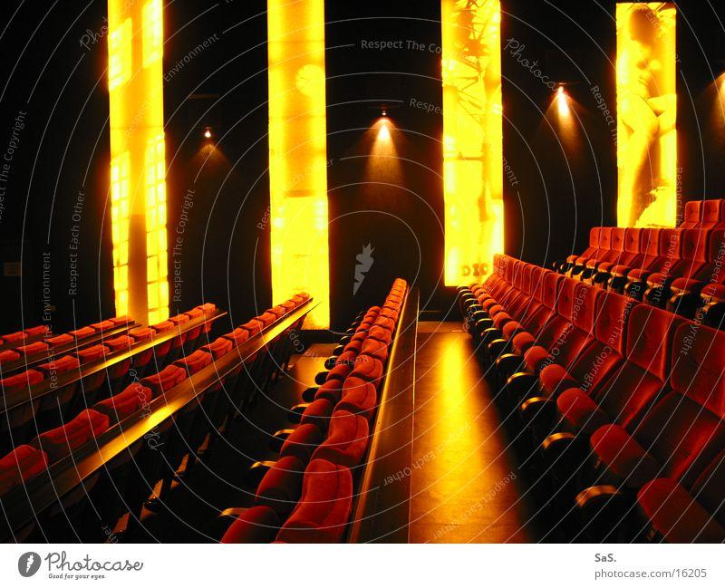 Traumpalast 5 Kino Filmindustrie Licht dunkel rot gelb schwarz Sessel Kinosessel Kinosaal ausgehen Freizeit & Hobby Leuchtwand Kultur Streifen Filmpremiere