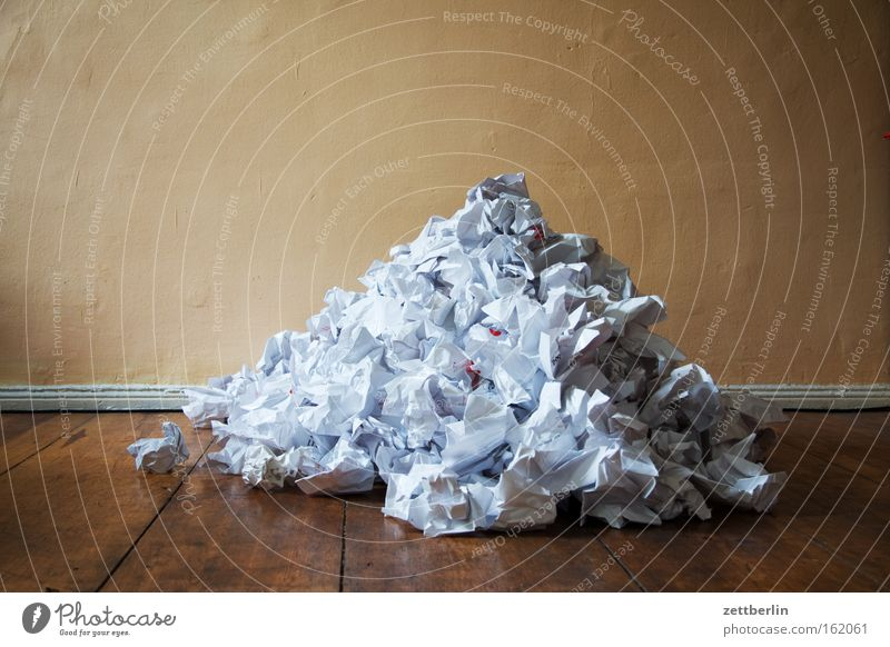 Haufen Papier Papiermüll Papierkorb Papierstau Papierrollen Müll Müllverwertung Idee Fehler Brainstorming Kreativität Falte Berge u. Gebirge schreiben
