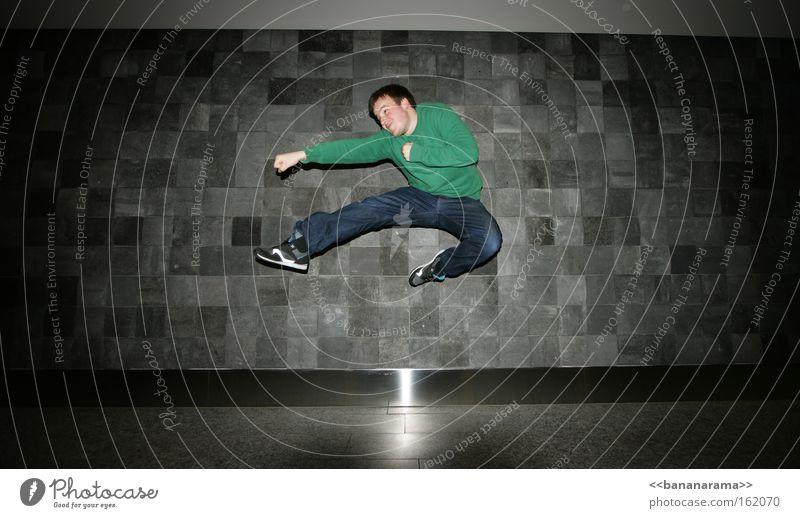watchaaaaaaa!!! Mann springen Kraft fliegen Aktion Wut Ärger schlagen Kampfsport Boxsport Karate Kick Rache chinesische Kampfkunst